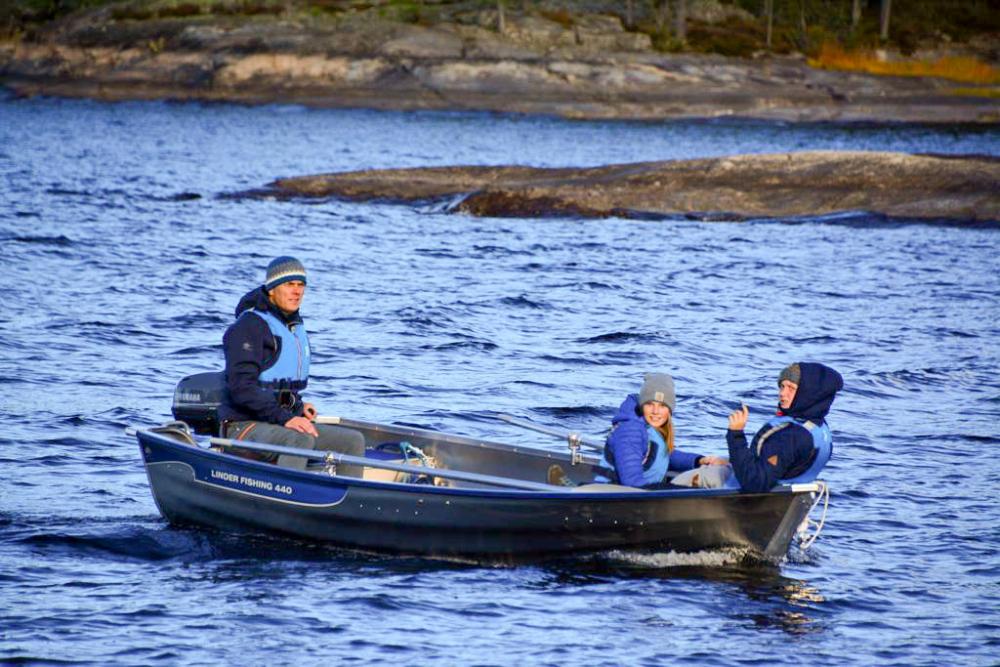 Familie-Angelboot-Motorboot-Boot-Angeln-Kinder-Reisen-Ferienhaus-am-See-2