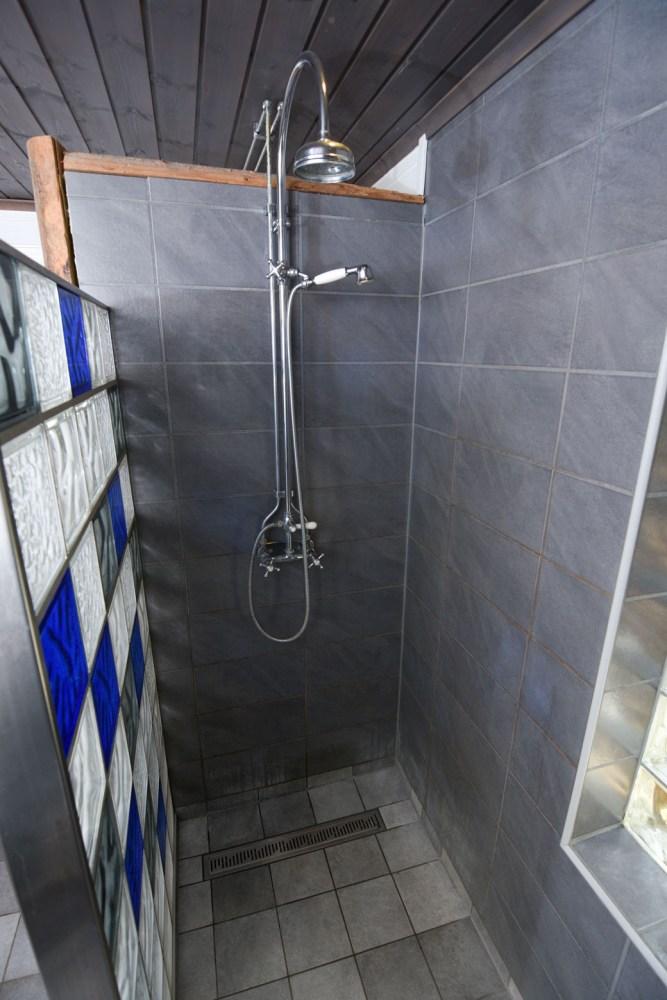 dusche-schwalldusche-regenfalldusche-holzhaus