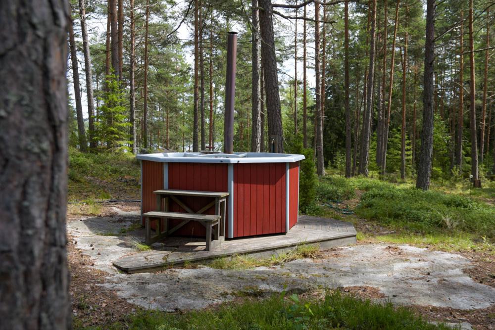 hot-tub-badefass-entspannung-schweden-natur-urlaub-ferienunterkunft