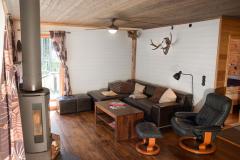 wohnzimmer-schweden-see-foxen-angeln-kamin-sofa