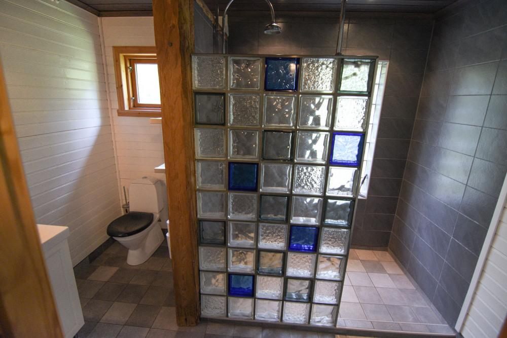 badezimmer-regenfalldusche-naturhaus-schweden