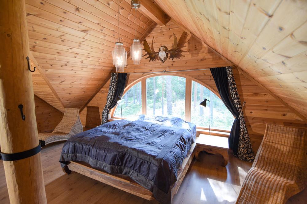 bett-mit-ausblick-in-den-wald-die-natur-ferienhaus-romantisches-schweden