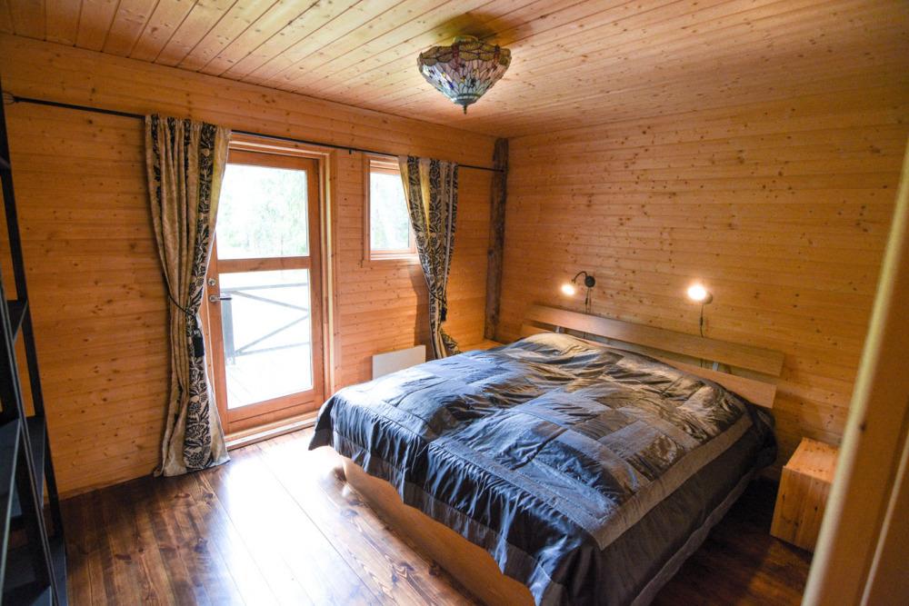 schlafzimmer-untergeschoss-terasse-blick-in-den-wald