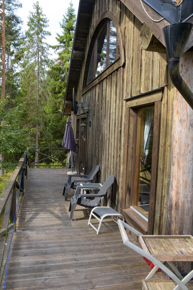 terasse-veranda-liegestuhl-gemuetlich-holz-ruhe.entspannung