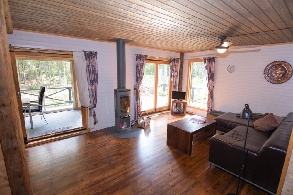 wintergarten-wohnzimmer-schwedenofen-natur-ausblick