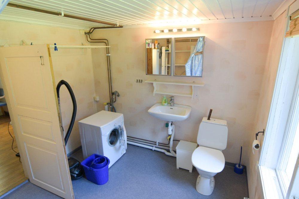 badezimmer-wc-waschbecken-waschmaschine