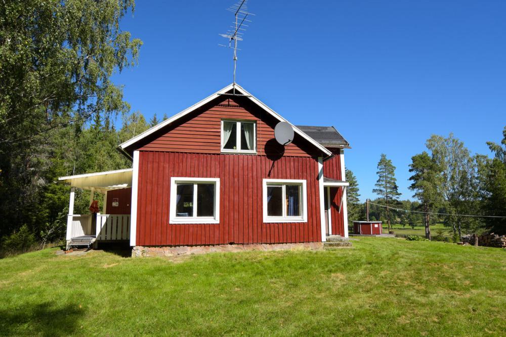rotes-schwedenhaus-mit-wiese-sonne