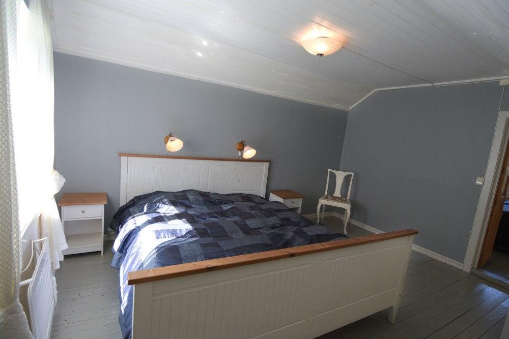 schlafzimmer-bett-weiss-grau-holz
